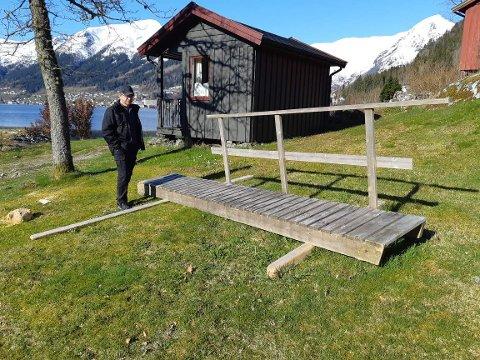 KOM REKANDE: Denne landgangen tilhøyrande ei flytebrygge kom rekande i land i fjøra hjå Harald Tjugum i Dragsvik i februar då det var springflo. No lurar han på om eigaren saknar den, og vil henta den.
