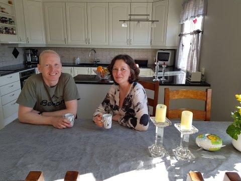 GODT NØGDE: Øystein og Berit Marie Ruud er godt nøgd med at det gamle solide furukjøkkenet har fått seg ei skikkeleg oppgradering.