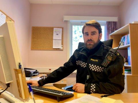 TEK GREP: Lensmannsbetjent Petter Hilton ved Årdal lensmannskontor, seier politiet no vil gå hardare til verks for å hindra ulykker som følgjer av ulovleg bruk av elsparkesykkel.