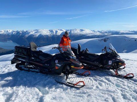 GODT NØGD: Leiar i Hjelpekorpset i Leikanger, John Petter Svedal, er godt nøgd med at korpset fekk moglegheit til å investera i to nye snøscooterar.