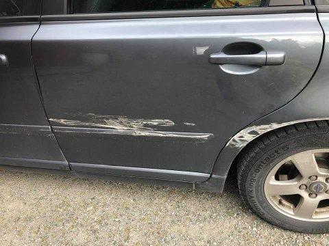 VART PÅRYGGA: Slik såg bilen ut då Magne Vangsnes var ferdig med handleturen i Vik.