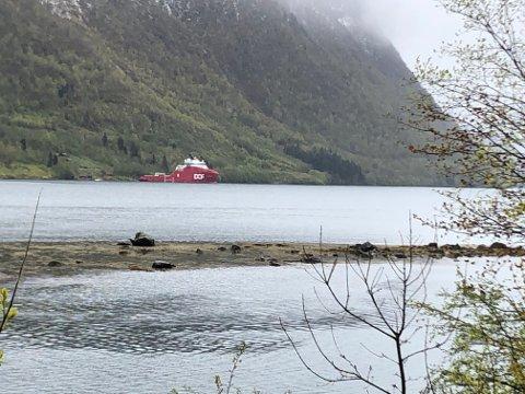 SJEKK: I helga vart landfesta sjekka i Vetlefjorden. Fem skip kan leggja seg til i fjordarmen før sommaren.