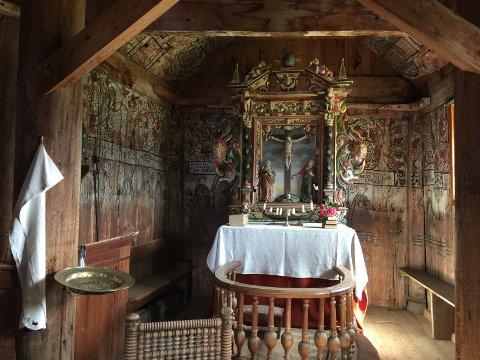 HISTORIE: Dei fleste som kjem inn her vil gjerne ha med seg historia til den spesielle kyrkja. Til venstre i biletet ser me dåpsfatet frå 1640. Altertavl er frå 1699 og viser Jesus på korset med jomfru Maria og døyparen Johannes.