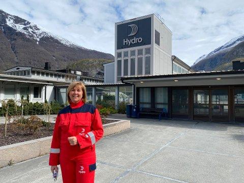 GÅVMILD: Me ynskjer å bidra til å få hjula i gang att i lokalsamfunnet, seier Wenche Eldegard, fabrikksjef ved Hydro Årdal.