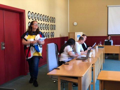 DELTE UT: Kommunalsjef Åslaug Brænde ga Komité for levekår kopiar av det kritiske lesarbrevet ho hadde sendt til Sogn Avis dagen før.