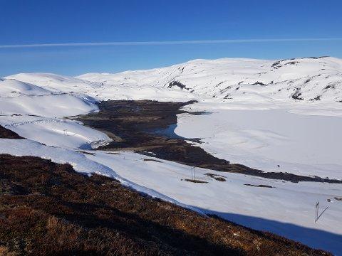 NEDTAPPA: Målsetevatnet i Vik kommune ligg stort sett tørrlagt i desse dagar. Statkraft tappar ned her og i andre vassdrag for å vera budde på flaum.