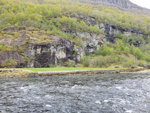 BROT: Steinraset førte til at høgspentleidninga fekk seg eit brot ved Tokvam i Aurland torsdag ettermiddag.