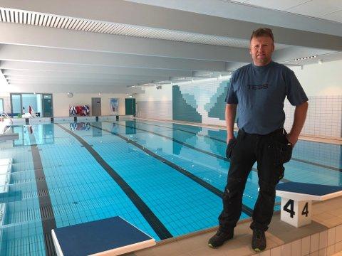 GLAD FOR PENGAR: – Dette kom godt med, seier Ola Bjørgum, driftsoperatør for hallen og bassenget i Aurland.