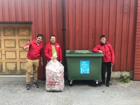 GLAD FOR PANT: Johan Hame, Bjørn Skalle og Simen Lysne i Lærdal Røde Kors er godt nøgde med at mange vel å donera pant til inntekt for lokallaget.