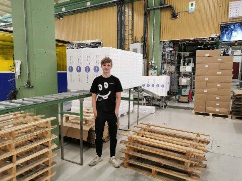 GRILLING OG SOMMARJOBB: Tore Aaland Linde har jobba på Nesseplast i sommar. Elles håpar han på mykje grilling i sommar.