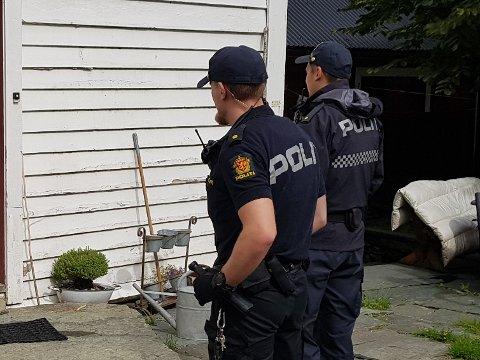 ETTERFORSKAR: Politet er på staden og etterforskar valdshendinga i Askvoll.