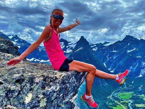 ROMSDALSEGGEN: Det kostar å ta seg heilt opp på Romsdalseggen med ein lungekapasitet på 54 prosent, difor er det all grunn for Lene Solbakken å jubla då ho hadde nådd målet for eit par veker sidan. Alle bildene i saka er slike ho sjølv har posta på sin eigen Instagram-konto.