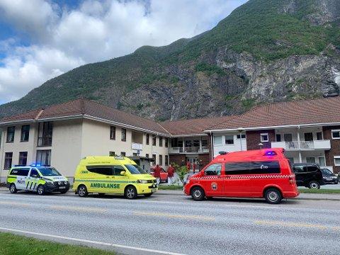 NAUDETATANE PÅ PLASS: Politi, brannvesen og helse er kalla ut etter melding om røykutvikling ved Årdal sjukeheim.