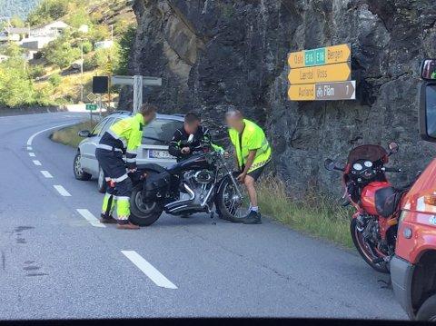 VELTA: Motorsyklisten som velta fekk hjelp til å flytta sykkelen ut av vegen.