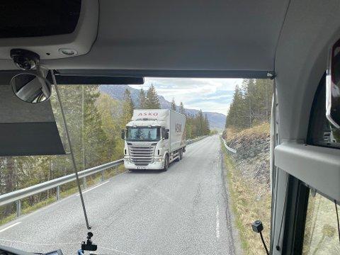 SMAL VEG: Samferdslestatsråd Knut Arild Hareide seier nei til utviding av vegen mellom Øye og Eidsbru. Den tre kilometer lange parsellen er på det smalaste berre 5,6 meter.