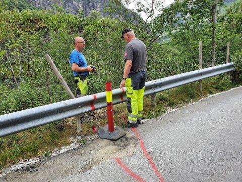 OVERVAKING: Sigmund Aas (t.v.) og Jan Inge Magnussen frå teknisk eining har skilta og plassert ut målepunkt for overvaking.