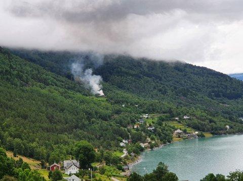 KONTROLL: Brannvesenet har no kontroll over brannen på Høyheim i Luster.