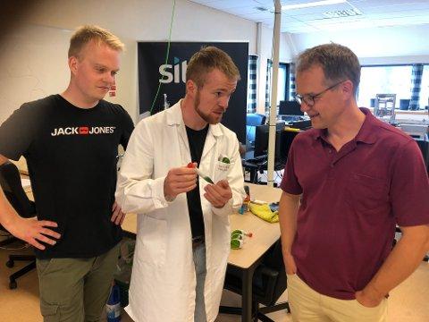 MIKROALGAR: Gabriel Ossenkamp, gründer i Fjordalg, er på plass i Årdal med piloten. Her saman med to studentar frå NTNU, Thomas Haglund og Tor-Erik Holt Paulsen.