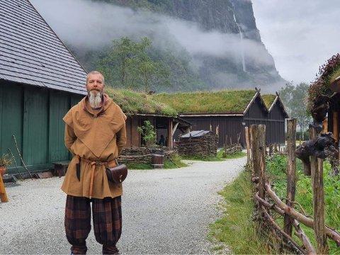 Helge Sverre Bakstad og familien frå Brummundal var på besøk i Vikinglandsbyen då dei plutseleg høyrde eit enormt brak frå fjellsida.