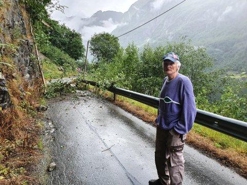 BAKKA: Svein Tufte synst det er unødvending å stengja vegen kvar gong det regnar.
