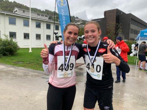 REGN: Det var vått, men litt regn gjer ingenting, seier Kari og Mia Johannesen Bakke.