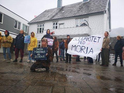 MARKERING: Demonstrantane samla seg på Vangen i Aurland med klar beskjed til regjeringa. I midten sit Cathrine Nystuen.