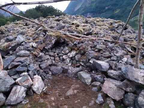 SKAL IKKJE SJÅ SLIK UT: Grunneigar fann gravrøysa slik. Nærøyfjorden verneområdestyre har politimeldt inngrepet i gravrøysa på Holmo, som er eit freda kulturminne.