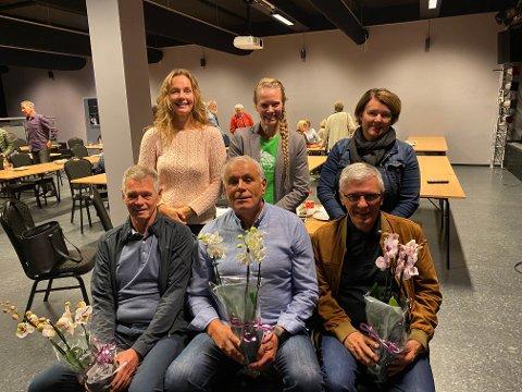 BLOMAR: Det vanka blomar til initiativtakarane Helge Rørvik, Odd Øvregard og Ingvar Laberg. Bak Trine Grøttebø, Torunn Todal Laberg og Mette Hestetun Berg.