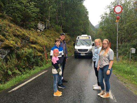 FÅR SPESIALSKYSS: – Me kan ikkje vera redde, seier Synne Rinde Heggenes (8), Brynjar Bungum (15), Sigve Rinde Heggenes (15), Susanne Victoria Olufsen Storli (13), (f.t.h.) og Kjersti Hønsi (15) som skulependlar mellom Arnafjorden og Vik.