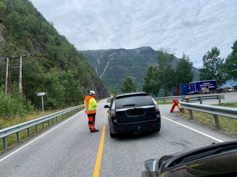 ÅRØYNI: Her ved rasteplassen i Vikadalen mellom Årdal og Fodnes, er det manuell dirigering og minst ein halvtimes ventetid. I nokre periodar kan det blir stengd ein heil time òg.