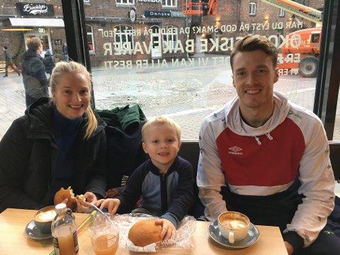 KAFE: Her er Guro, Herman og Kristian på EM i Trondheim januar 2020. Eit mesterskap familien fekk sjå frå tribuna.