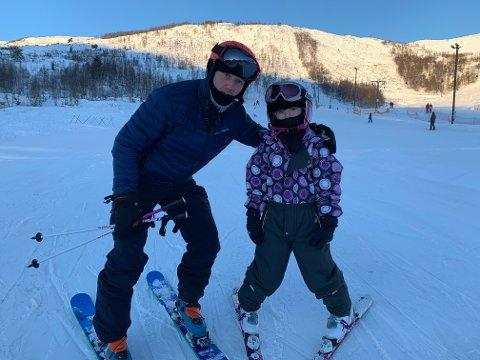 GJESTER FRÅ SUNNFJORD: Sogn Avis møtte fleire sunnfjordingar i bakken søndag. Ole Jacob Endestad og Ida Ullaland Endestad (7) frå Eikefjord er på dagstur til Rindabotn for å stå på ski.