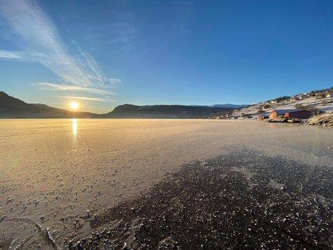 FORLOKKANDE: Kuldeperioden har gitt gode skøytetilhøve mange plassar, som her på Hafslovatnet. Likevel er det viktig å sjekka at isen er trygg.