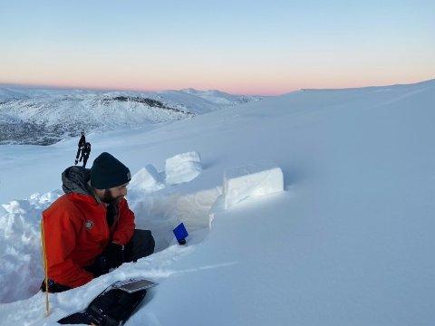 FAREN AUKAR: Når nysnøen no kjem, blir det liggande på eit svakt lag av gamal snø. Her frå analyse av snødekket i Jostedalen for eit par dagar siden.