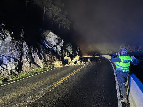 RAS: Steinane som kom ned i riksveg 5 mellom Sogndal og Kaupanger dekte eine vegbana, og stengde heile vegen. Her har politiet kome på staden laurdag kveld.