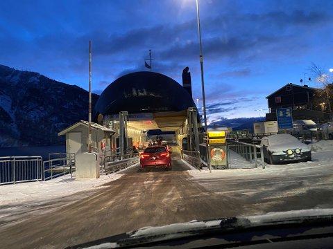 TRØBBEL: Kapasiteten på Hella-Dragsvik-Vangsnes er redusert fordi den eine ferja har tekniske vanskar. Det kan ta mange timar før ruta er oppe og går igjen.