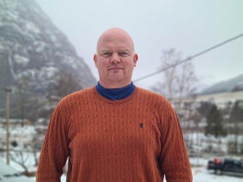 HAR TRUA PÅ BETRE TIDER: Rune Bergkvam, dagleg leiar i eMobility Flåm og tilsett i Flåm Bilutleige, sit midt i smørauget på ei hardt råka koronakrise i Flåm. ,