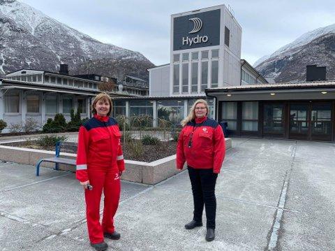 MÅ UNNGÅ SMITTE: Fabrikksjef Wenche Eldegard og HMS-sjef Hanne Hoel Pedersen gjer alt dei kan for å unngå smitte på Hydro. Eit smitteutbrot her kan få fatale konsekvensar.
