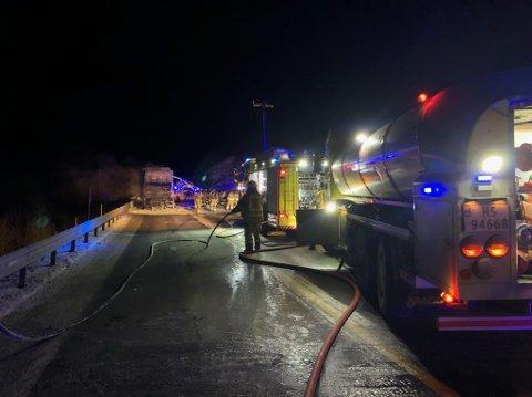 BRANN I BRUSBIL: Nødetatane rykka ut då det tok til å brenna i eit vogntog lasta med brus på E16 ved Tuftåstunnelen i natt.