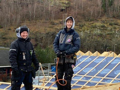 LUFTIG JOBB: Sander Hagheim og Petter Ulviksbakken Hunderi frå Lærdal i sving på taket av Aurland barnehage.
