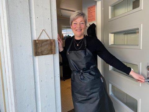 VELKOMEN INN: Mona Eineteig Strypet må framleis ta på seg sko for å gå på jobb, men avstanden frå ytterdøra og til inngangen i den nye salongen er ikkje meir enn to steg.