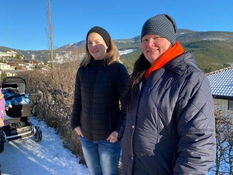 HAR AUKA PÅ: Siv Janne Krokgjelet og Marianne Farnes er uroa for trafikktilhøva i det blir kalla flyplassvegen. - Trafikken har auka noko enormt på dei elleve åra me har budd her, seier Marianne.