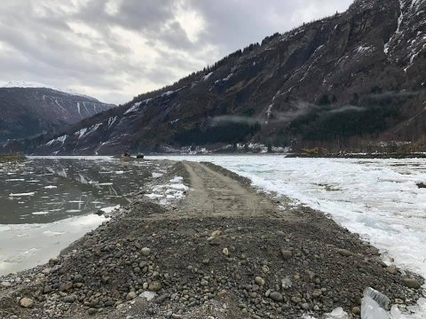 GRAVING: I fleire veker har det vore gravearbeid i elva Jostedøla i Gaupne.