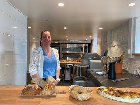 I GANG: Ranveig Sætre kan snart opna dørene inn til sitt nye bakeri som ligg i kjellaren i huset frå 1910.