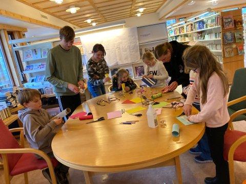 KIKERTVERKSTAD: Matias Askvik lærer born (og foreldre) korleis ein lagar ein stjernekikert av brilleglas, teip og papir.