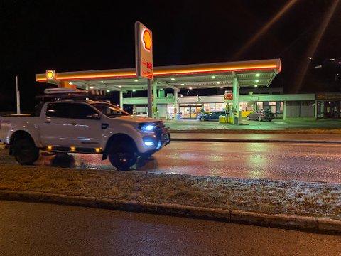 RAGGEN GÅR: Det var mange bilar i Fjøra laurdag kveld, men ingen store oppsamlingar i tida mellom 22.00 og 23.00.