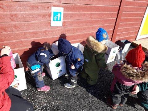 BARNEHAGEDAGEN: Alle seks avdelingane i Furuli barnehage på Kaupanger markerte barnehagedagen, mellom anna med søppelsortering.