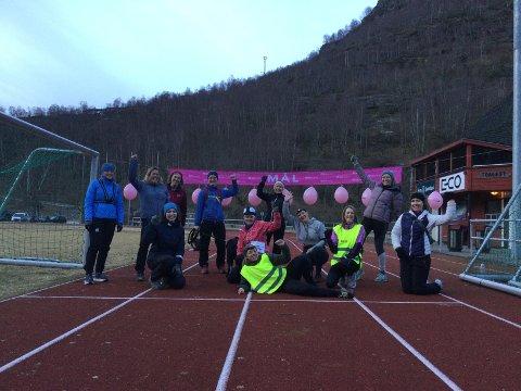 SPORTY GJENG: Initiativtakarane Veronica Svinstad (bak til høgre) og Linn Skjærlund (liggjande framme) fekk med seg mange kvinnedagen.