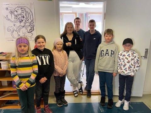 SKULEN ER OPEN: Skulen i Framfjorden har idag opna att då elevane ikkje kjem seg til Vik på grunn av steinras. Her er dei sju elevane frå 2-10 klasse saman med lærar Andreas Walsvik.