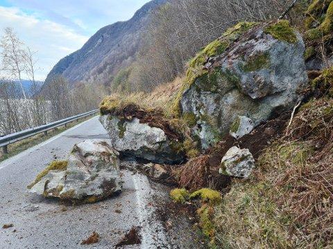 SPRENGING: Det må litt ekstra krutt til for å fjerna desse steinane som sperrar vegen mellom Vik og Arnafjord ved Flåstein.